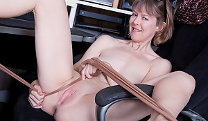 American milf Jamie Foster wants to tract their way naked body